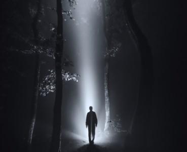 Zablesky ve tmě
