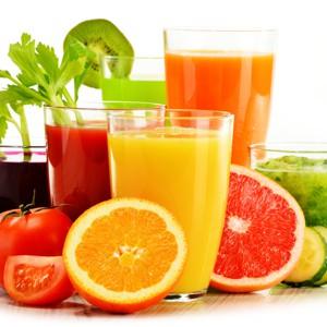 Skleničky s ovocnými a zeleninovými šťávami