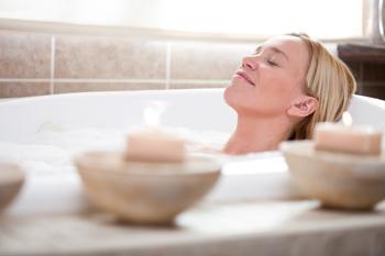 Žena při detoxikační koupeli